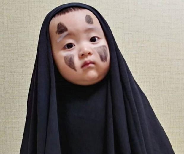 Nhóc tỳ 16 tháng tuổi gây sốt nhờ gương mặt đầy biểu cảm nhưng hàng lông mày của bé mới khiến chị em khao khát - Ảnh 1.
