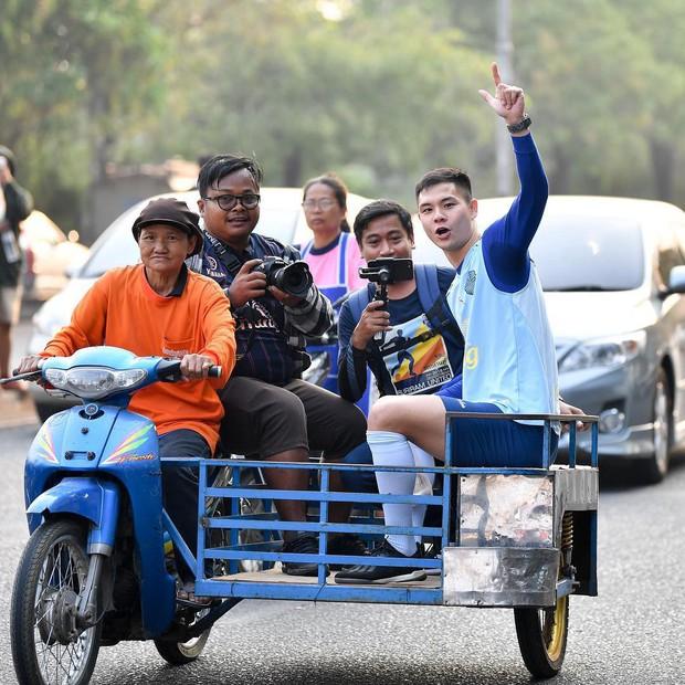 Xuân Trường tươi rói khi cùng đồng đội ngồi lề đường, ăn cơm nắm ở Thái Lan - Ảnh 5.