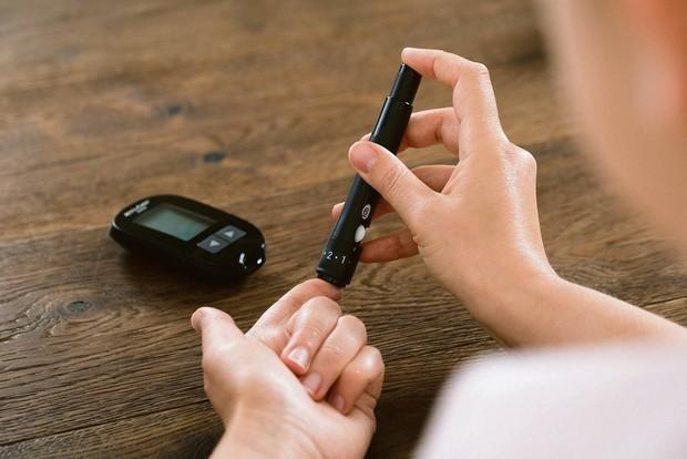 Thấy da ngón tay nhăn nheo có thể là do một trong các vấn đề sức khỏe sau - Ảnh 1.