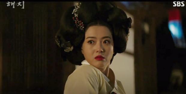 Ngoài xương sườn dao găm của Jung Il Woo, con ve chó của Go Ara là tâm điểm trong tập mở màn Haechi - Ảnh 7.