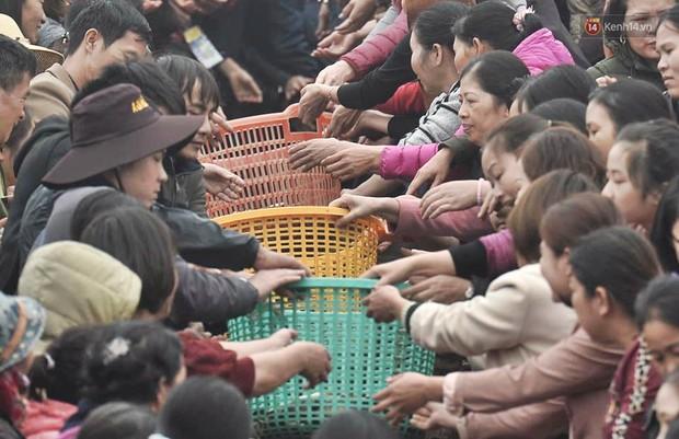 Hà Nội: Gần 10 tấn cá được hàng nghìn phật tử chuyền tay nhau trong lễ phóng sinh đầu năm - Ảnh 1.