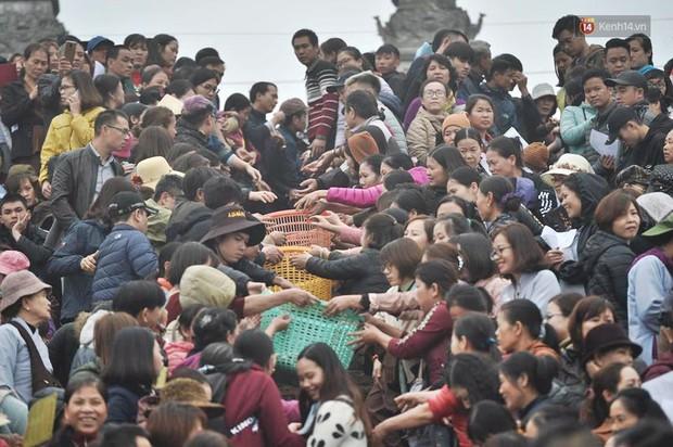 Hà Nội: Gần 10 tấn cá được hàng nghìn phật tử chuyền tay nhau trong lễ phóng sinh đầu năm - Ảnh 2.