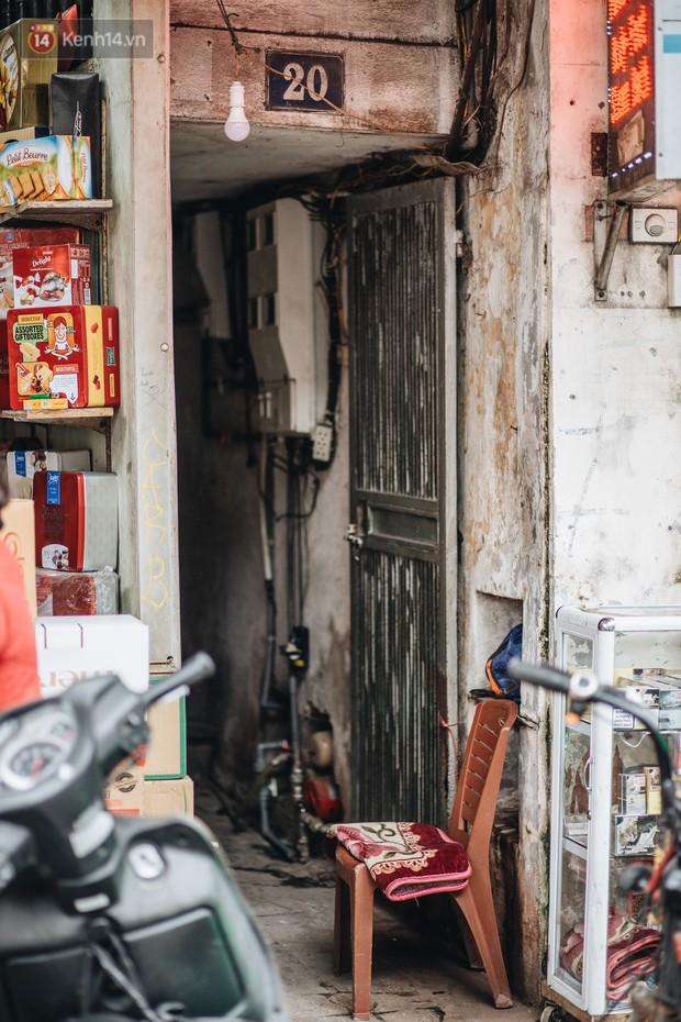 Cuộc sống bên trong những con ngõ chỉ vừa 1 người đi ở Hà Nội: Đèn điện bật sáng dù ngày hay đêm - Ảnh 2.