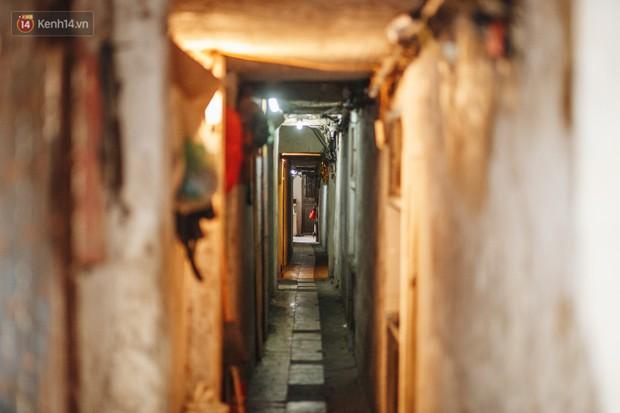 Cuộc sống bên trong những con ngõ chỉ vừa 1 người đi ở Hà Nội: Đèn điện bật sáng dù ngày hay đêm - Ảnh 4.