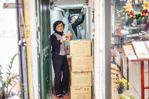 Cuộc sống bên trong những con ngõ chỉ vừa 1 người đi ở Hà Nội: Đèn điện bật sáng dù ngày hay đêm - Ảnh 6.