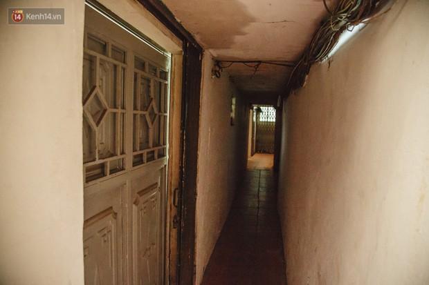 Cuộc sống bên trong những con ngõ chỉ vừa 1 người đi ở Hà Nội: Đèn điện bật sáng dù ngày hay đêm - Ảnh 11.