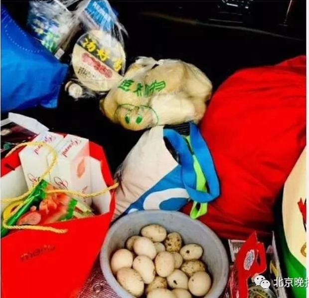 Trung Quốc: Chết cười hình ảnh lợn và gà chen chúc nhau trên cốp xe lên thành phố sau nghỉ Tết - Ảnh 5.