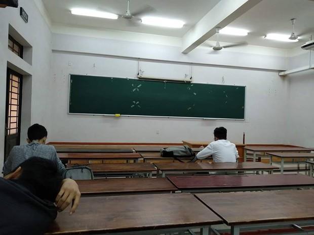 Loạt ảnh lớp học vắng như chùa bà Đanh vì sinh viên vẫn còn bận đắm chìm trong dư vị Tết - Ảnh 1.