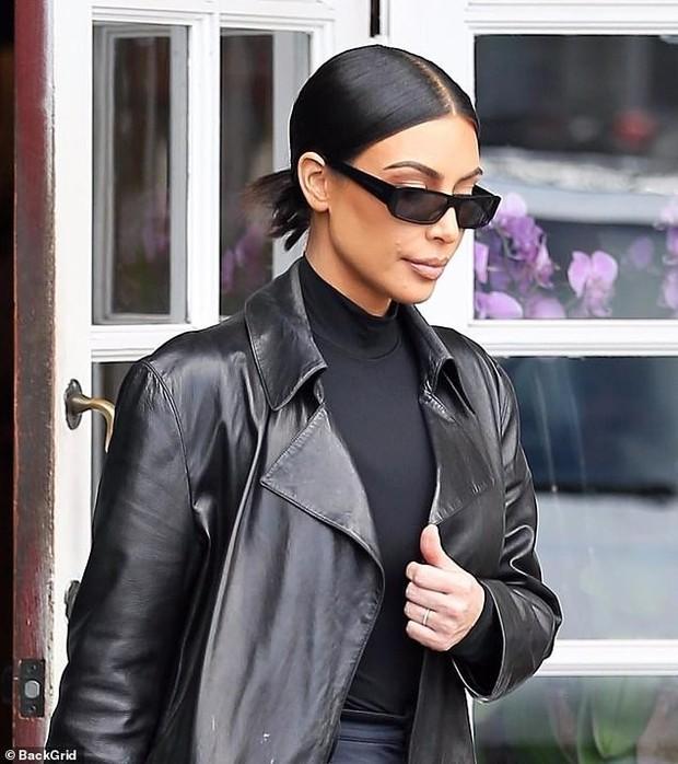 Kim Kardashian gây sửng sốt với đôi chân loang lổ và gương mặt bôi đầy thuốc vì bị bệnh vảy nến - Ảnh 5.