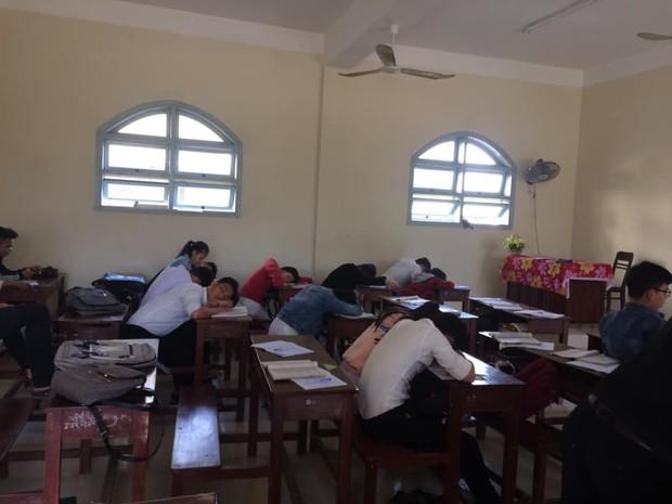 Loạt ảnh lớp học vắng như chùa bà Đanh vì sinh viên vẫn còn bận đắm chìm trong dư vị Tết - Ảnh 9.