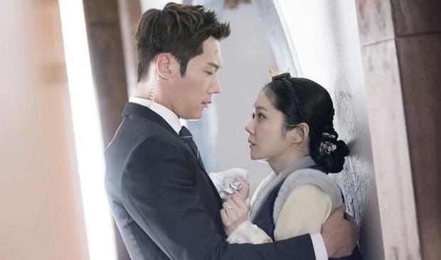 Clip hậu trường hài hước của The Last Empress: Jang Nara nhìn chồng cũ tô son ngỡ uống sữa dê? - Ảnh 11.