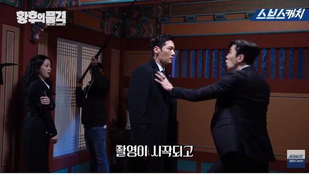 Clip hậu trường hài hước của The Last Empress: Jang Nara nhìn chồng cũ tô son ngỡ uống sữa dê? - Ảnh 1.