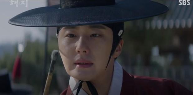 Ngoài xương sườn dao găm của Jung Il Woo, con ve chó của Go Ara là tâm điểm trong tập mở màn Haechi - Ảnh 2.