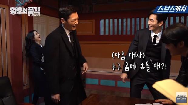 Clip hậu trường hài hước của The Last Empress: Jang Nara nhìn chồng cũ tô son ngỡ uống sữa dê? - Ảnh 2.