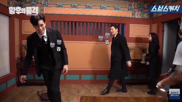 Clip hậu trường hài hước của The Last Empress: Jang Nara nhìn chồng cũ tô son ngỡ uống sữa dê? - Ảnh 5.