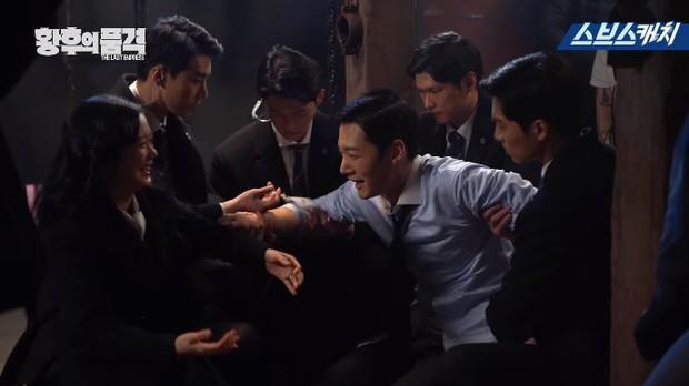 Clip hậu trường hài hước của The Last Empress: Jang Nara nhìn chồng cũ tô son ngỡ uống sữa dê? - Ảnh 9.