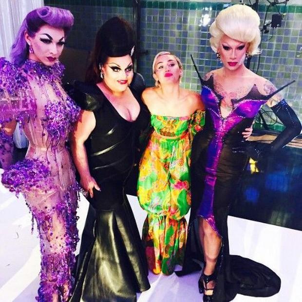 Miley Cyrus lè lưỡi, khoe chân dài khi làm khách mời trong show dành cho các Drag Queen - Ảnh 4.