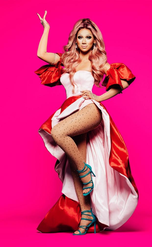 Miley Cyrus lè lưỡi, khoe chân dài khi làm khách mời trong show dành cho các Drag Queen - Ảnh 6.