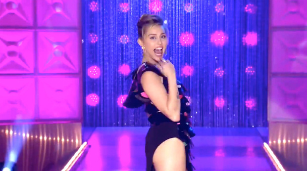 Miley Cyrus lè lưỡi, khoe chân dài khi làm khách mời trong show dành cho các Drag Queen - Ảnh 2.