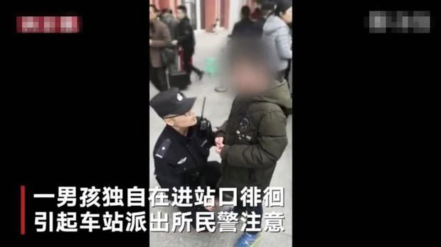 Cậu bé bị đuổi khỏi nhà vì chưa làm xong bài tập Tết, cảnh sát dẫn về tận nơi mẹ không chịu nhận con - Ảnh 1.