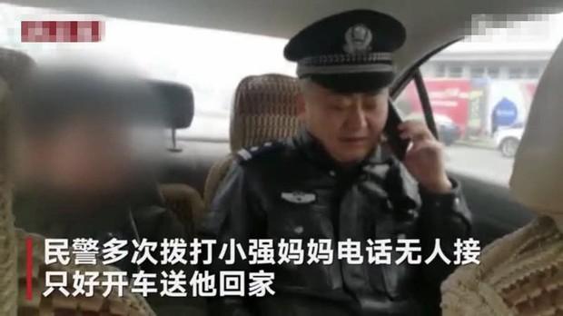 Cậu bé bị đuổi khỏi nhà vì chưa làm xong bài tập Tết, cảnh sát dẫn về tận nơi mẹ không chịu nhận con - Ảnh 2.