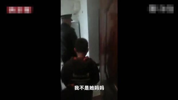 Cậu bé bị đuổi khỏi nhà vì chưa làm xong bài tập Tết, cảnh sát dẫn về tận nơi mẹ không chịu nhận con - Ảnh 3.
