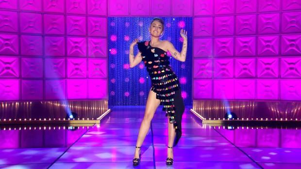 Miley Cyrus lè lưỡi, khoe chân dài khi làm khách mời trong show dành cho các Drag Queen - Ảnh 3.