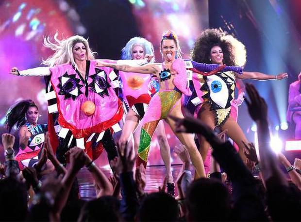 Miley Cyrus lè lưỡi, khoe chân dài khi làm khách mời trong show dành cho các Drag Queen - Ảnh 5.