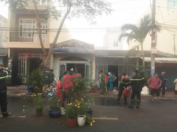 Cháy nhà dân khiến nhiều người hốt hoảng di tản đồ đạc trong ngày Vía Thần tài - Ảnh 2.