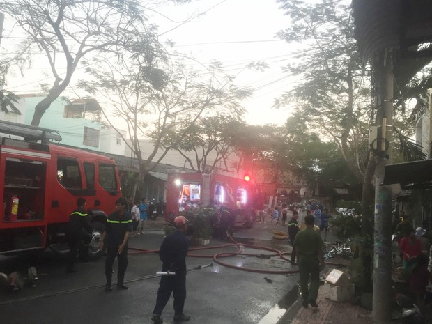 Cháy nhà dân khiến nhiều người hốt hoảng di tản đồ đạc trong ngày Vía Thần tài - Ảnh 1.