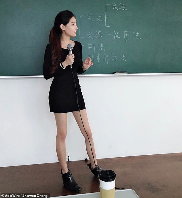 Từ ảnh chụp trên giảng đường, nữ giảng viên bỗng trở thành cô giáo hot nhất Đài Loan khiến cộng đồng mạng xao xuyến - Ảnh 1.