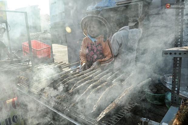 Huy động cả dòng họ chế biến hàng ngàn con cá lóc bán trong ngày vía Thần tài ở Sài Gòn - Ảnh 4.