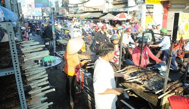 Huy động cả dòng họ chế biến hàng ngàn con cá lóc bán trong ngày vía Thần tài ở Sài Gòn - Ảnh 1.