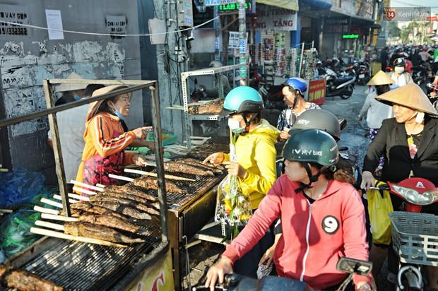 Huy động cả dòng họ chế biến hàng ngàn con cá lóc bán trong ngày vía Thần tài ở Sài Gòn - Ảnh 12.