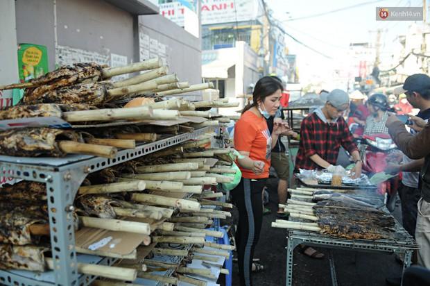 Huy động cả dòng họ chế biến hàng ngàn con cá lóc bán trong ngày vía Thần tài ở Sài Gòn - Ảnh 10.