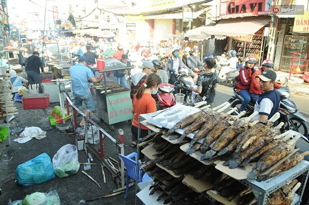 Huy động cả dòng họ chế biến hàng ngàn con cá lóc bán trong ngày vía Thần tài ở Sài Gòn - Ảnh 14.