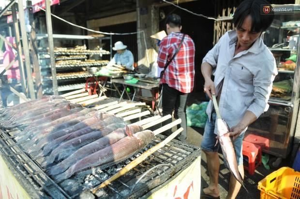 Huy động cả dòng họ chế biến hàng ngàn con cá lóc bán trong ngày vía Thần tài ở Sài Gòn - Ảnh 2.