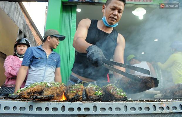 Huy động cả dòng họ chế biến hàng ngàn con cá lóc bán trong ngày vía Thần tài ở Sài Gòn - Ảnh 5.