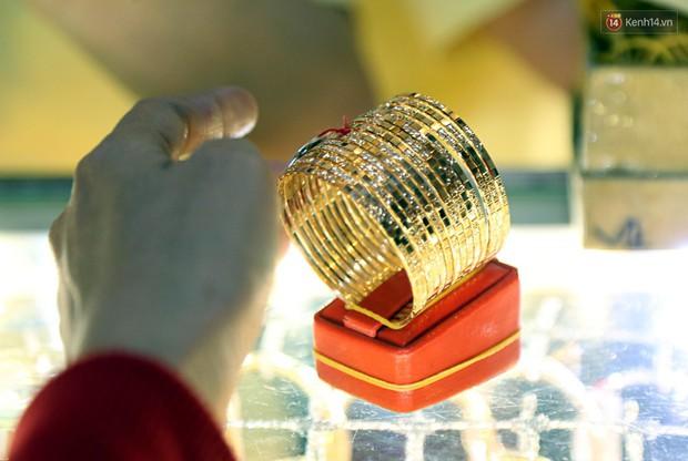 Ảnh: Người Sài Gòn bồng con nhỏ chen nhau toát mồ hôi đi mua vàng ngày vía Thần tài - Ảnh 5.