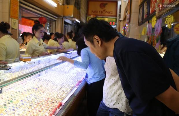 Ảnh: Người Sài Gòn bồng con nhỏ chen nhau toát mồ hôi đi mua vàng ngày vía Thần tài - Ảnh 12.