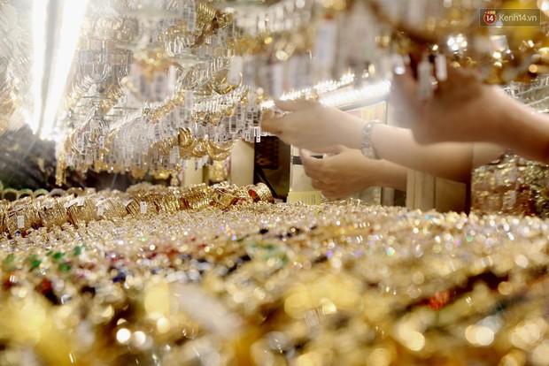 Ảnh: Người Sài Gòn bồng con nhỏ chen nhau toát mồ hôi đi mua vàng ngày vía Thần tài - Ảnh 4.