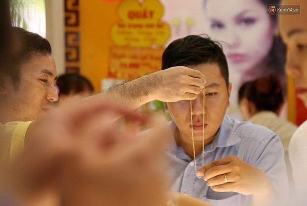 Ảnh: Người Sài Gòn bồng con nhỏ chen nhau toát mồ hôi đi mua vàng ngày vía Thần tài - Ảnh 17.