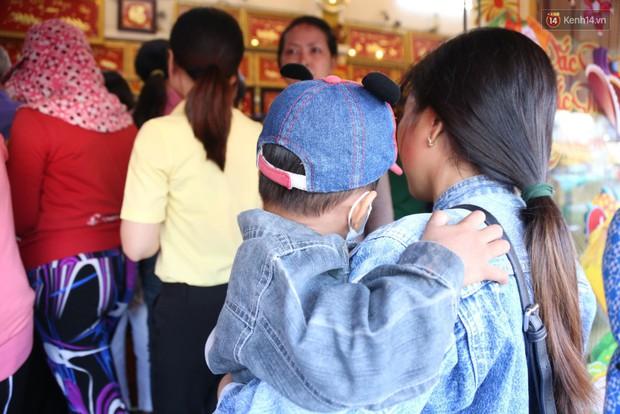 Ảnh: Người Sài Gòn bồng con nhỏ chen nhau toát mồ hôi đi mua vàng ngày vía Thần tài - Ảnh 8.