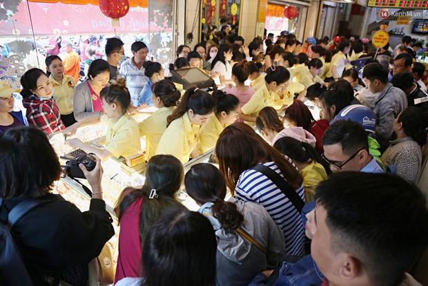 Ảnh: Người Sài Gòn bồng con nhỏ chen nhau toát mồ hôi đi mua vàng ngày vía Thần tài - Ảnh 1.
