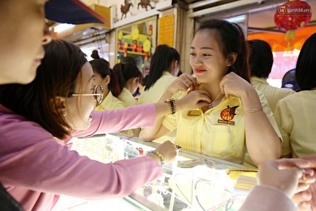 Ảnh: Người Sài Gòn bồng con nhỏ chen nhau toát mồ hôi đi mua vàng ngày vía Thần tài - Ảnh 6.