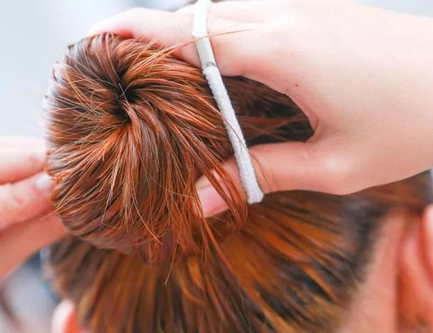 Mái tóc của bạn đang dần bị hư tổn chỉ vì những thói quen tưởng chừng vô hại sau đây - Ảnh 1.