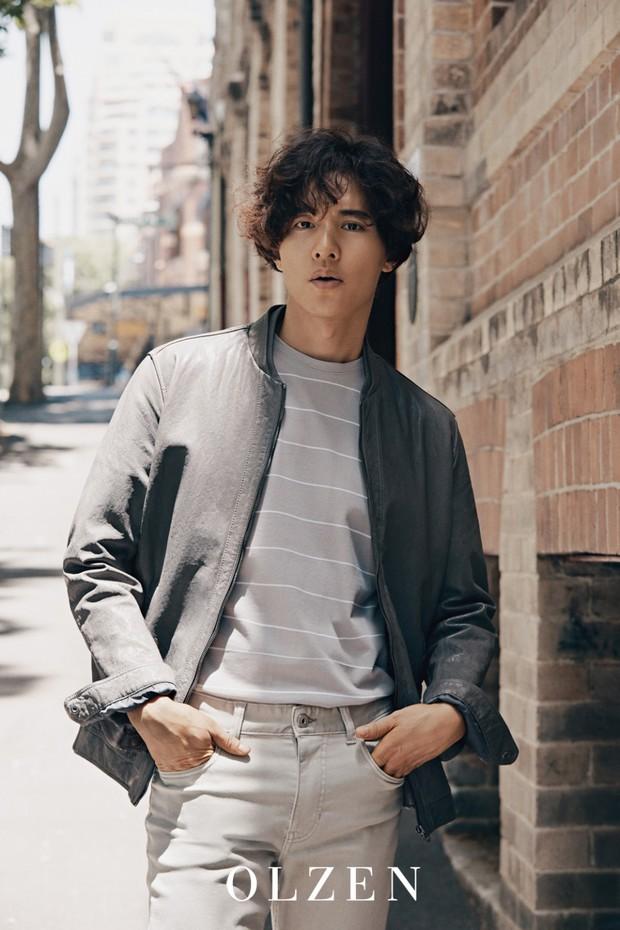 10 năm không đóng phim, Won Bin vẫn gây bão mạng chỉ vì gương mặt như tượng thần điêu khắc trên bìa tạp chí  - Ảnh 2.