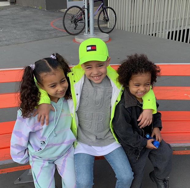5 tuổi, con gái Kim Kardashian đã có bạn trai và còn được tặng trang sức, sô cô la vào ngày Valentine - Ảnh 4.