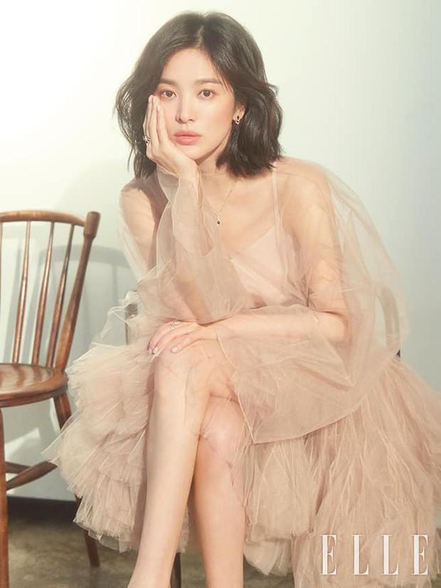 """Một chiếc váy 2 số phận: Song Hye Kyo sang chảnh như bà hoàng, Angela Baby lại bị ví như """"cá vàng bơi tung tăng"""" - Ảnh 1."""