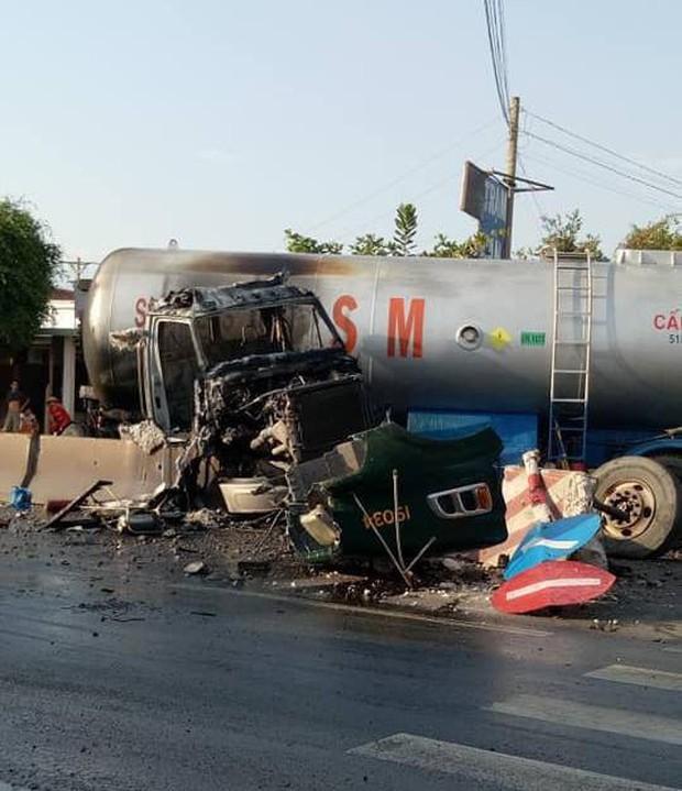 Tây Ninh: Xe chở xăng dầu tông dải phân cách rồi bốc cháy dữ dội, người đi đường bỏ chạy tán loạn  - Ảnh 1.